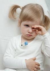 Маленькая девочка трет глаз