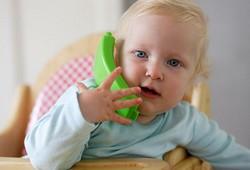 Ребенок с зеленой телефонной трубкой