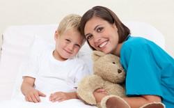 Медсестра принесла мальчику мишку, улыбаются