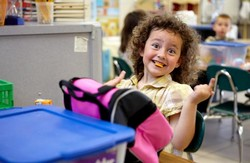 Кучерявая девочка на обеде в школе