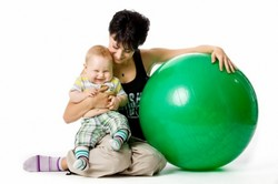 Мама, ребенок и фитбол