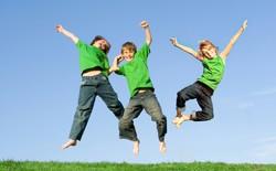 Три ребенка в зеленых майках подпрыгнули