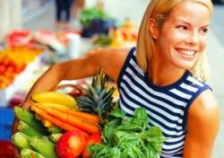 Девушка несет овощи