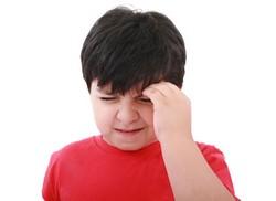 Мальчик в красной майке, болит голова