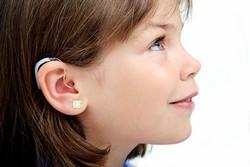 Слуховой аппарат у девочки