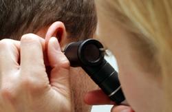 Опытный ЛОР быстро извлечет инородный предмет из уха ребенка