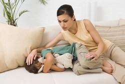 Мама и ребенок на диване