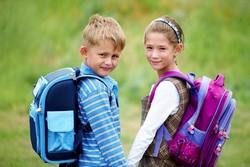 Мальчик и девочка с рюкзаками