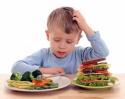 Мальчик и полезные продукты