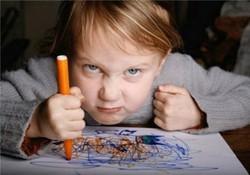 Ребенок выражает гнев рисуя