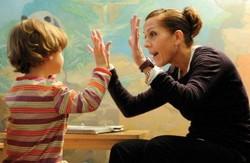 Воспитатель работает с аутистом