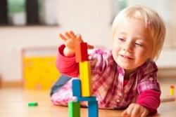 Ребенок играется с кубиками