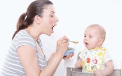 Мама кормит ребенка ложечкой