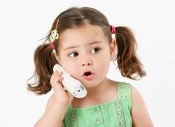 Маленькая девочка с телефонной трубкой