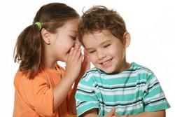 Мальчик и девочка шепчутся
