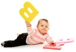 Ребенок играется с большими буквами