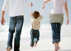 Здоровая семья на прогулке