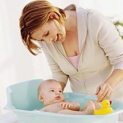 Мама купает младенца
