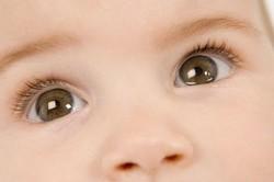 У ребенка слезятся глаза. Причины и лечение