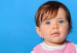 Стоит ли прокалывать уши маленьким детям?