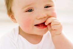 У ребенка лезут зубы