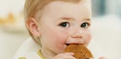 Ребенок кушает овсяное печенье