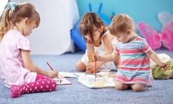 Дети рисуют на полу