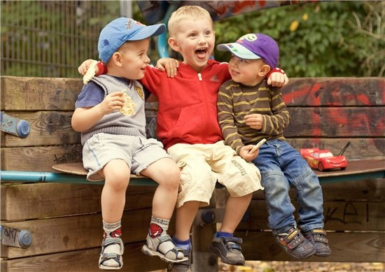 Улыбающиеся мальчики на скамейке