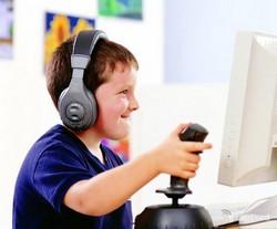 Ребенок за компьютером с джойстиком