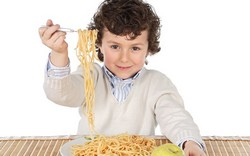 Ребенок, макароны, вилка