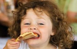 Девочка ест пиццу