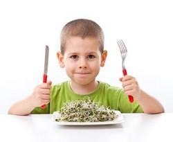 Мальчик с ножом и вилкой собрался кушать