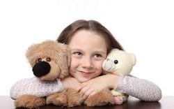Девочка с двумя мягкими плюшевыми медведями