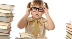 Девочка в очках, рядом стопка книжек