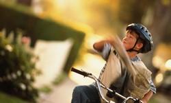 Мальчик развозит почту на велосипеде