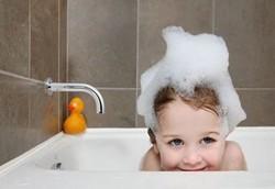 Купание ребенка в большой ванне. Меры безопасности