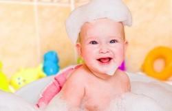Ребенок в пене в ванной