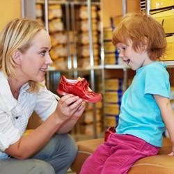 Мама и дочка выбирать детскую обувь