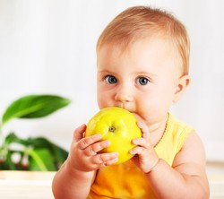 Малыш и желтое яблоко