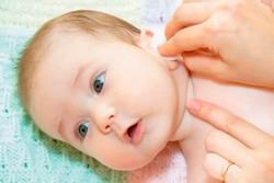 Как чистить уши новорожденным детям