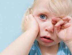 Боль в ухе у ребенка, стреляет в ухе